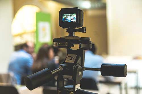 videocamera che riprende lo spettacolo